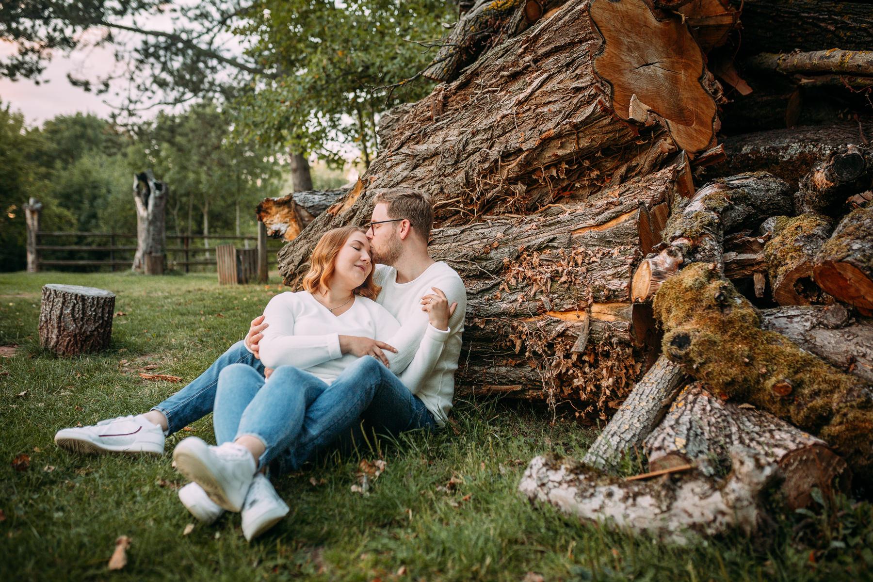 Paarshooting Dreieich - Paarfotografie - Kuscheln vor Holzstapel