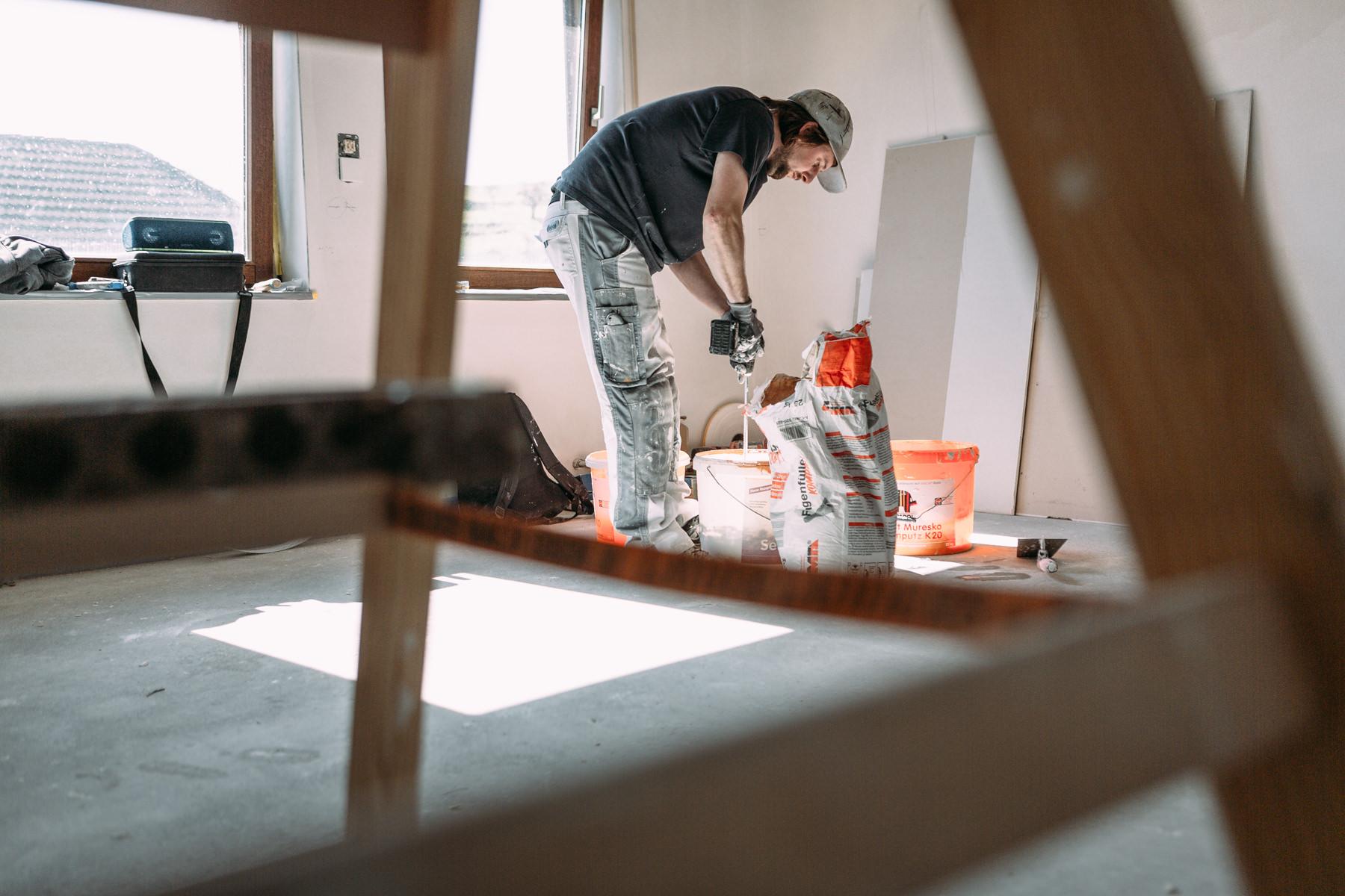 Businessfotos im Odenwald - Fotografie für Unternehmen - Handwerker rührt Putz an